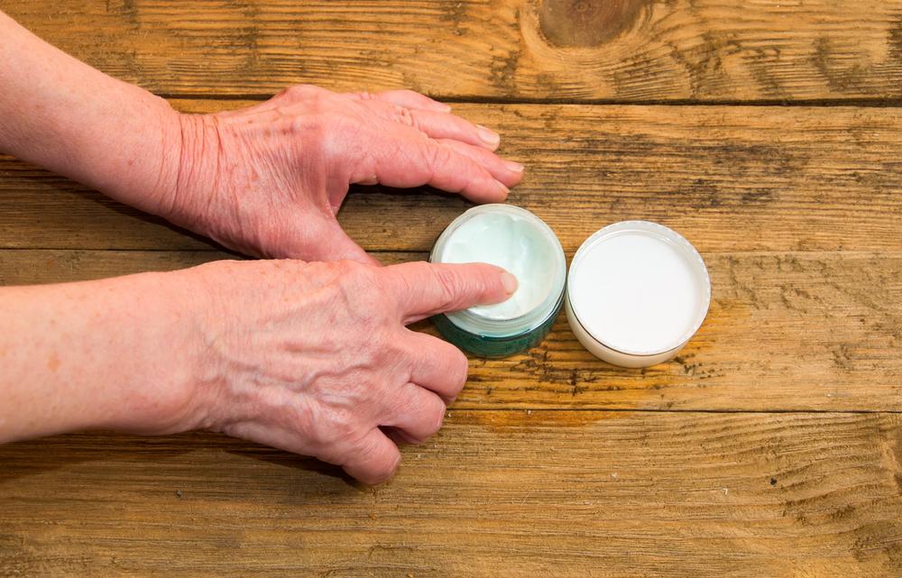 [Caption]Xoa dầu nóng, cao giảm đau quá mức có thể khiến tình trạng viêm trở nên nặng hơn (Ảnh: shutterstock)