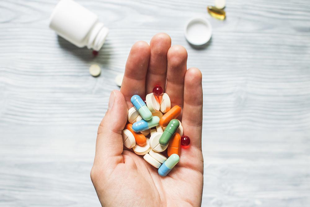 [Caption]Các loại thuốc giảm đau cần được sử dụng theo chỉ định, tránh lạm dụng (Ảnh: shutterstock)